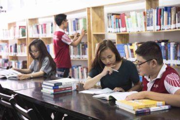 Sinh viên HIU trao đổi tại thư viện Cơ sở Hòa Bình