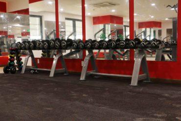 Tạ tay tại phòng Gym HIU phục vụ nhu cầu tập luyện của sinh viên HIU