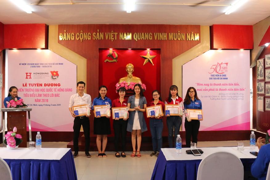 Đ/c Lê Thị Bé - Đảng Uỷ Viên - Trao phần thưởng cho các gương tiêu biểu lĩnh vực học tập - NCKH