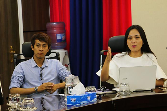 ThS. Nguyễn Thị Mỹ Duyên (phải) giới thiệu về nội dung chương trình du học tại Hàn Quốc