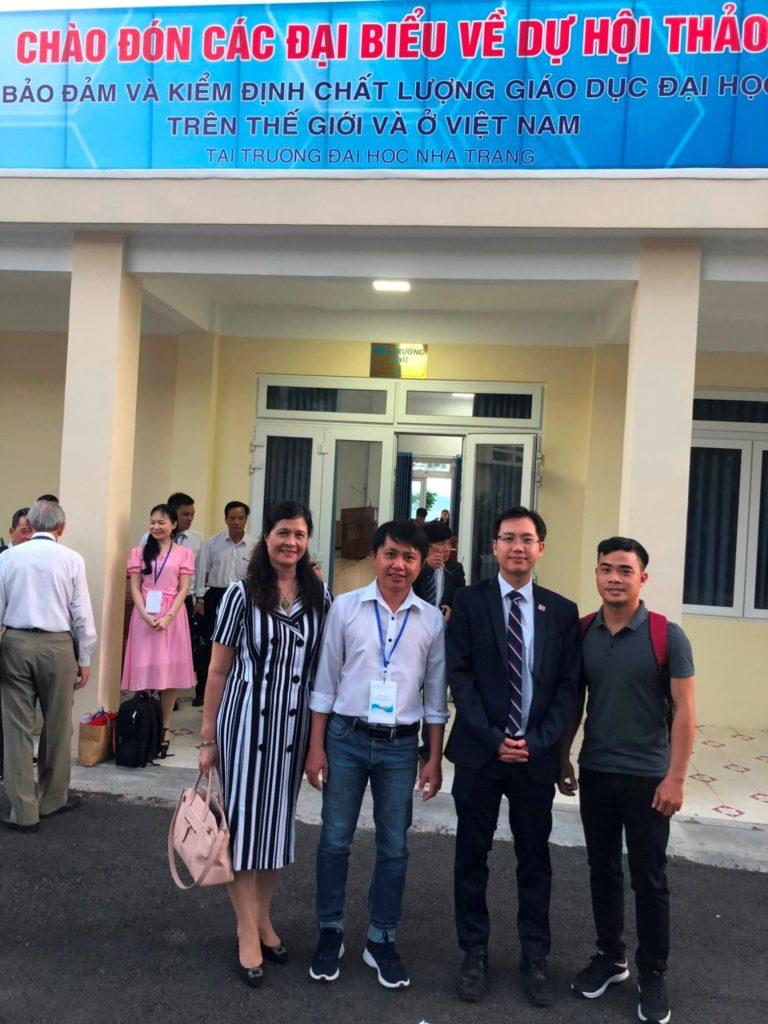 ĐH Quốc tế Hồng Bàng chụp hình lưu niệm với ông Justin Tay (Giám đốc khu vực Châu Á của tổ chức xếp hạng THE)