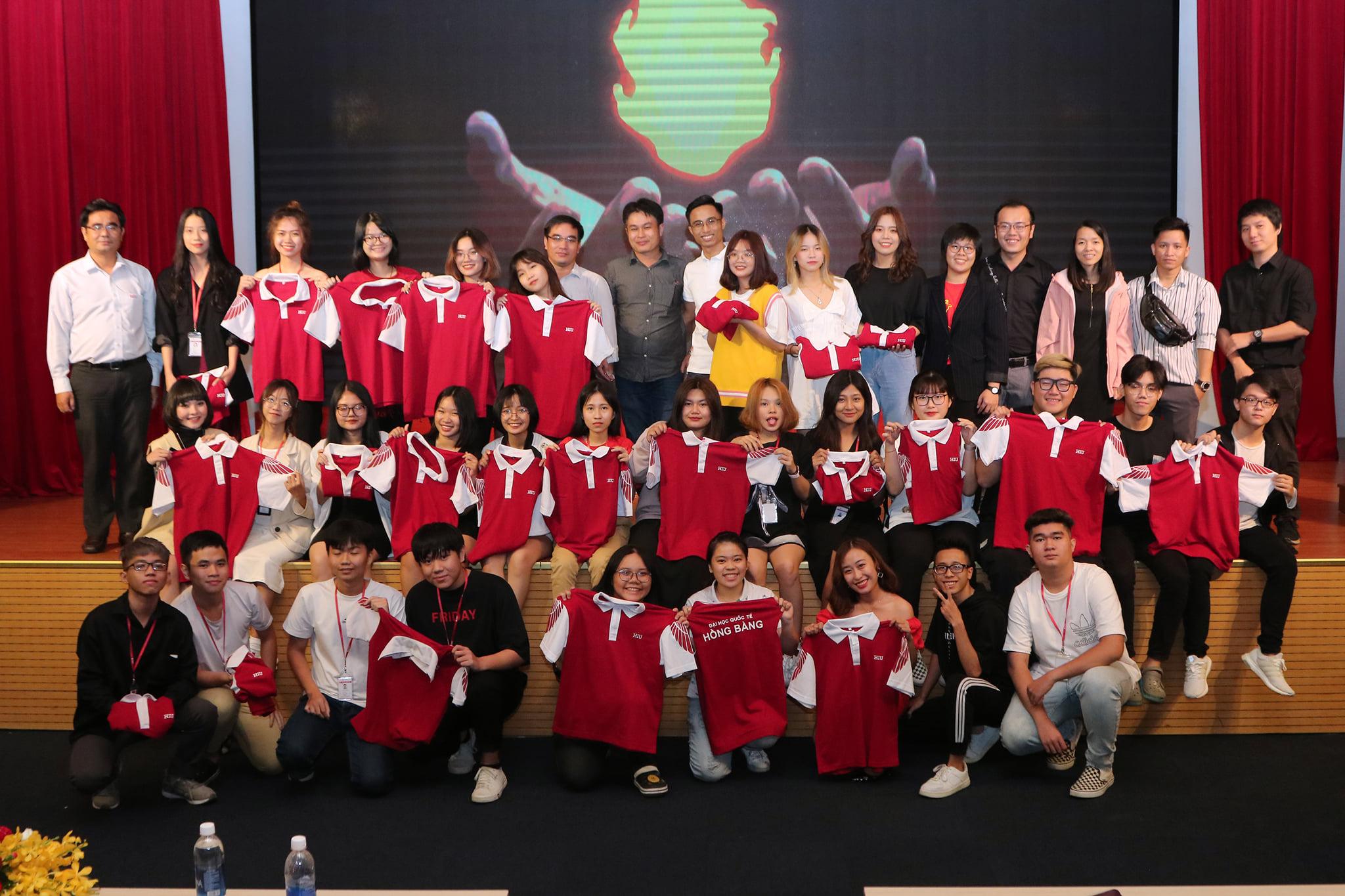 Ngành Truyền thông đa phương tiện tổ chức nghi thức trao áo cho tân sinh viên khóa 19