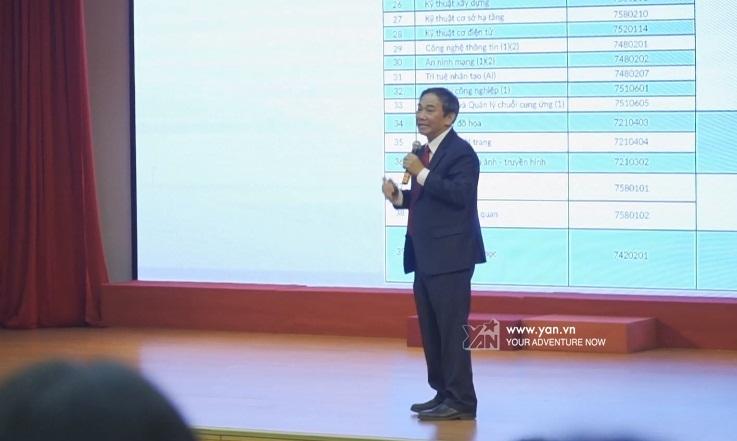 Thầy Phong chia sẻ về những ngành mới của trường.