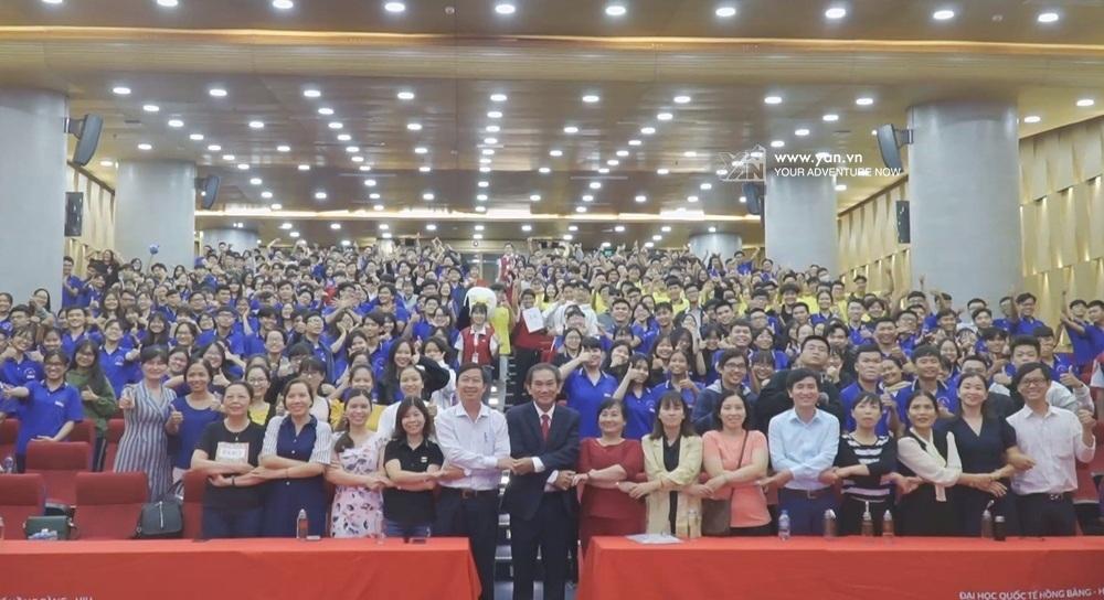 Thầy Hồ Thanh Phong chụp hình kỷ niệm cùng các thầy cô và các em học sinh tham gia Ngày hội tuyển sinh