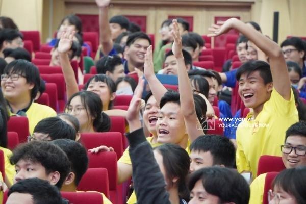 Các em học sinh hăng hái tham gia trả lời câu hỏi mà trường thách đấu