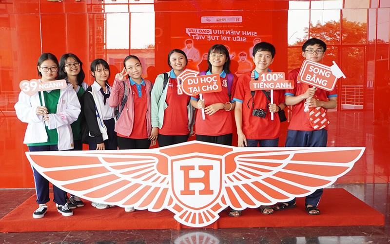 Các bạn học sinh THPT đến thăm trường HIU trong sự kiện lớn do HIU tổ chức