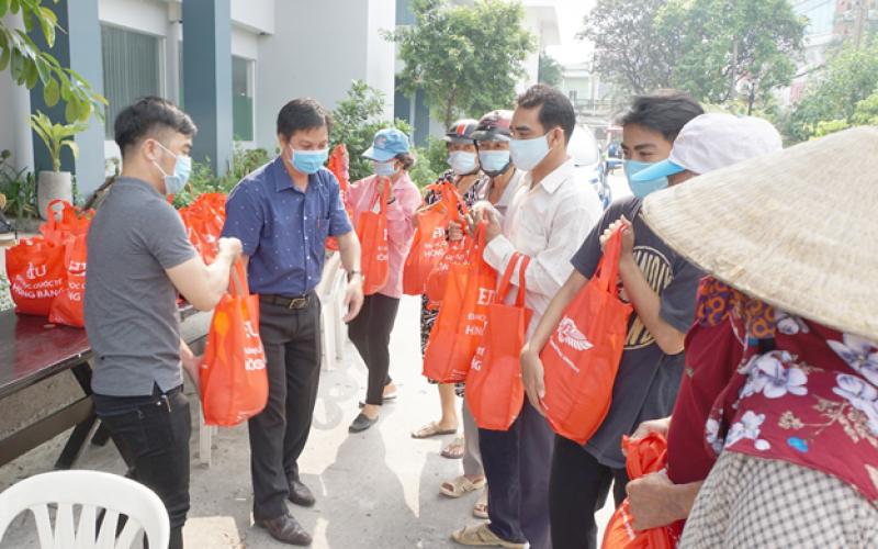 Đại học Quốc tế Hồng Bàng hỗ trợ đồng bào gặp khó khăn do dịch bệnh