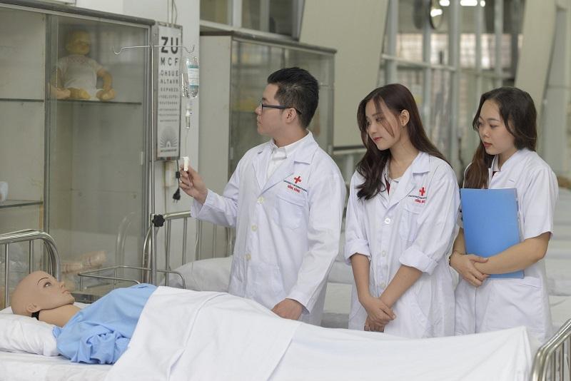 Sinh viên ngành sức khoẻ HIU trong giờ thực hành
