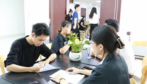 """Sinh viên ngành Dược HIU được FPT Long Châu """"đặt gạch"""" ở học kỳ cuối"""