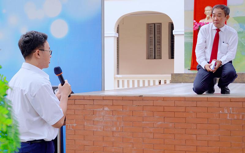 """Hiệu trưởng HIU """"tiếp lửa"""" cho học sinh chuyên Lê Hồng Phong trong ngày trở về"""