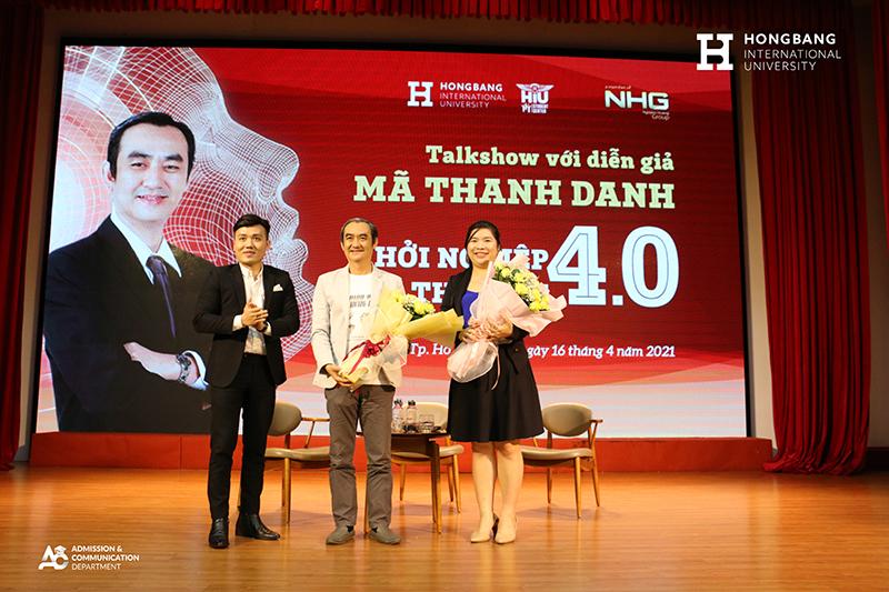 ThS Nguyễn Anh Đức - Phó giám đốc HIU Student Center tặng hoa cảm ơn diễn giả Mã Thanh Danh và chị Cẩm Bình