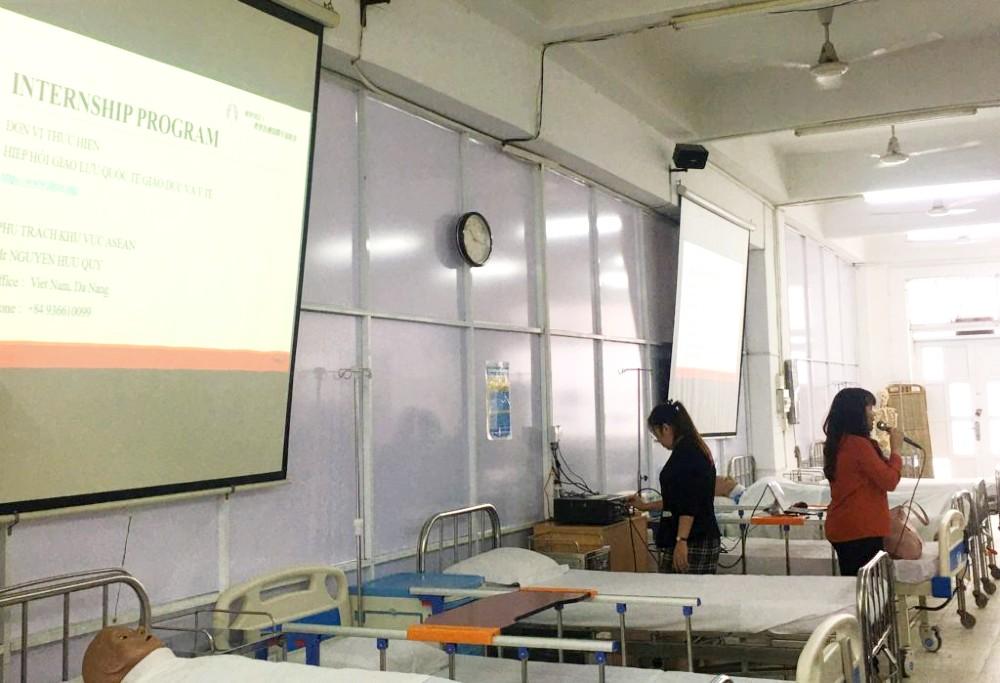 Các thầy cô của khoa Điều dưỡng, Đại học Quốc tế Hồng Bàng, phối hợp với đại diện của Hiệp hội Giao lưu Quốc tế Giáo dục và Y tế giới thiệu chương trình đào tạo thực tập điều dưỡng tại Nhật