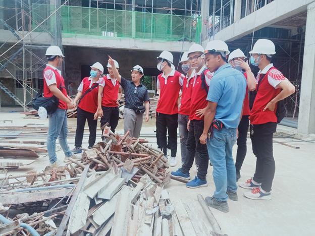 TS. Trần Thanh Hà đang giới thiệu cho các bạn sinh viên về công dụng của cột chống, giàn dáo trong công tác thi công dầm sàn
