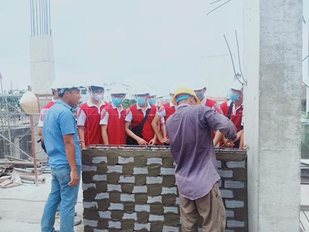 Kỹ sư Tú đang giới thiệu cho các bạn sinh viên về kết cấu tường – cột trong công trình