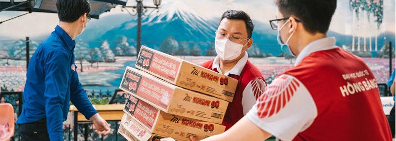 Đoàn trường ĐH Quốc tế Hồng Bàng cùng các tình nguyện viên sắp xếp các vật phẩm cứu trợ sinh viên khó khăn do dịch Covid-19.